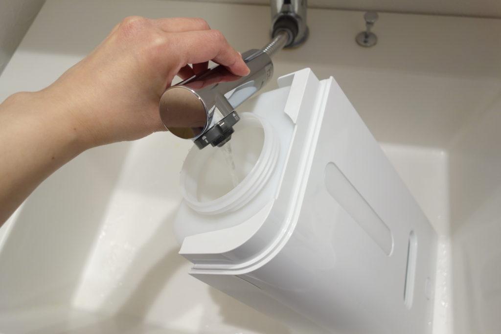 ダイキンの加湿ストリーマ空気洗浄機の給水タンクに水を入れる