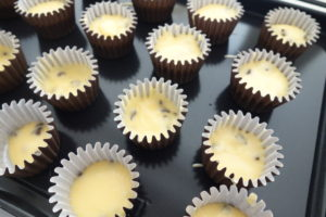 チョコチップマフィンを型に流す