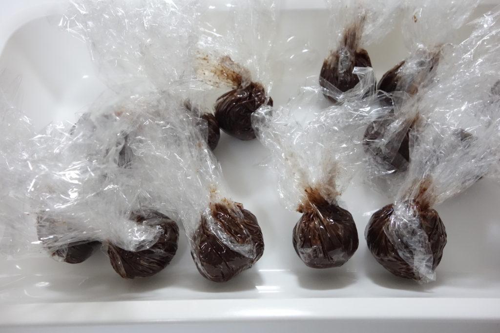無印良品トリュフのチョコレートをラップで丸めた状態