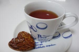 紅茶と無印良品ハートのフロランタン