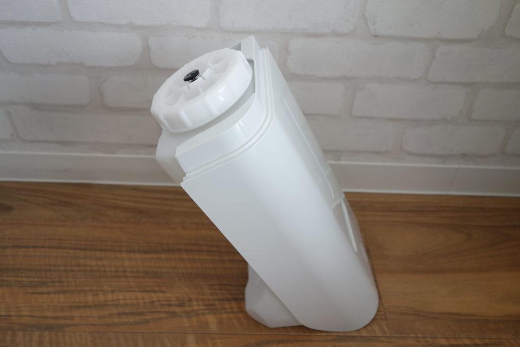 ダイキン加湿ストリーマ空気洗浄機の給水タンクが自立する