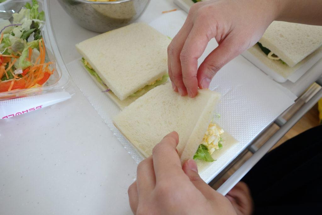 サンドイッチを作っている様子