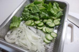無印良品ステンレスメッシュトレーとバットで野菜の水を切る