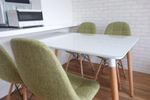 白いテーブルのダイニングセット