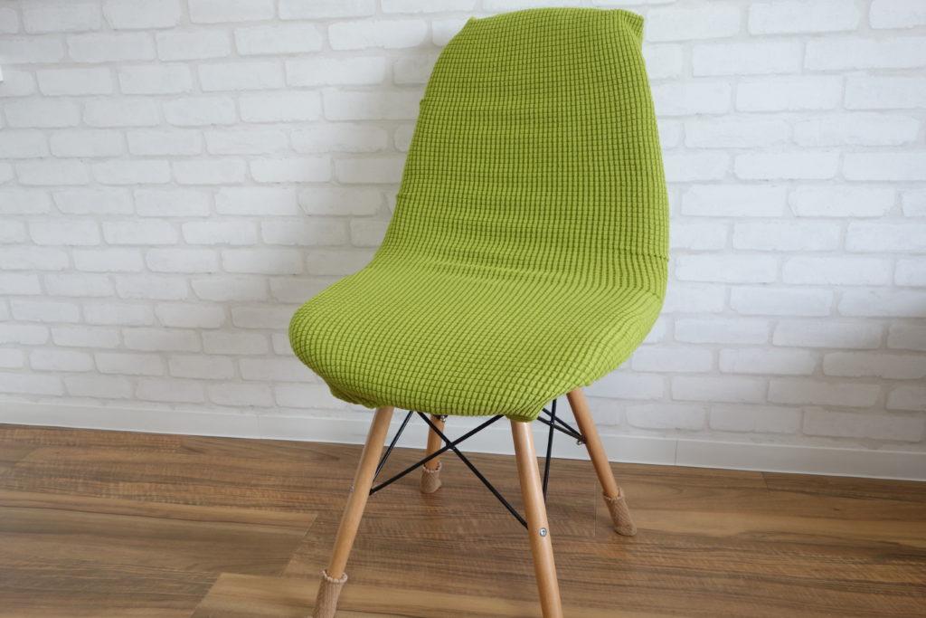 黄緑色椅子カバーをつけた丸みのある椅子