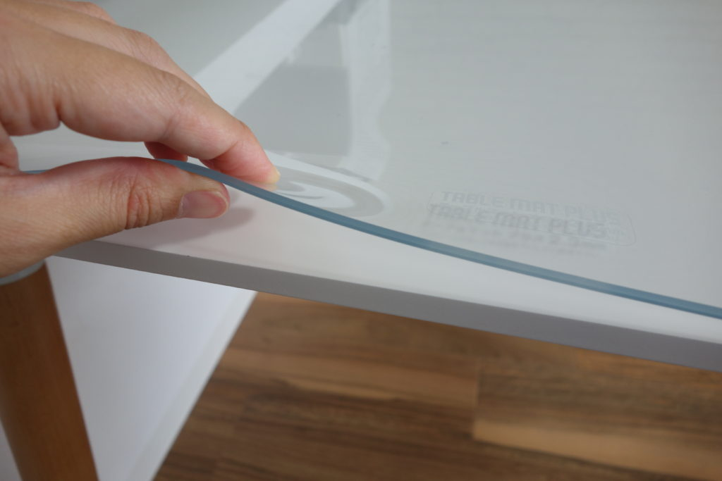 フロアマットを白いテーブルに使用している写真