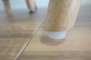 椅子の脚の底のプラスティックは、床を傷つける