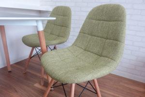 椅子は、丸みがある形状で座りやすい