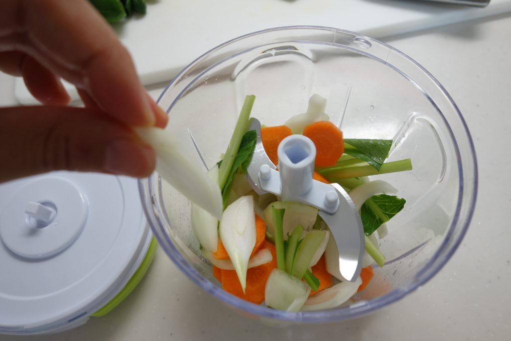 チョッパーに適度に切った野菜を投入している様子
