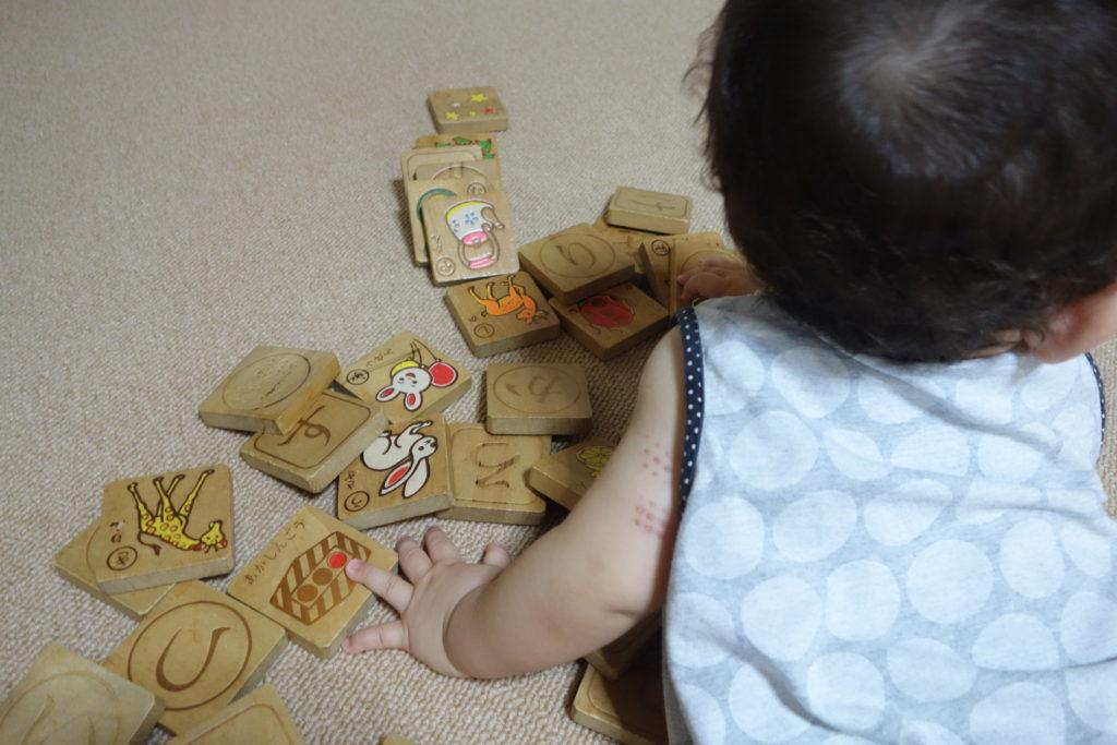 積み木を倒す赤ちゃん
