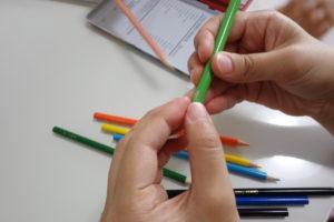 色鉛筆転がり防止テープ 端っこにテープをつけている様子