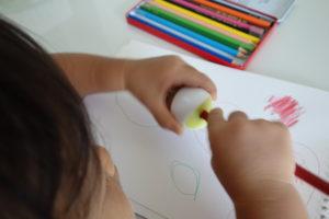 鉛筆を削っている子ども