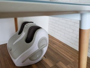 山善エアーフットマッサージャーエアーフットラウンジをダイニングテーブルの下に設置