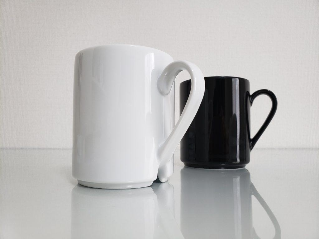 ホワイトとブラックのマグカップドライジー